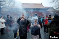 农历新年第一天,人们在北京雍和宫喇嘛庙烧香祈福(2017年1月28日)
