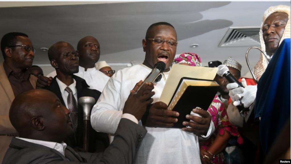 L'ancien chef de la junte militaire, Julius Maada Bio, prêtant serment comme nouveau président de la Sierra Leone, à Freetown, le 4 avril 2018.