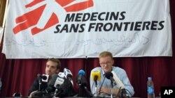 Tổng giám đốc của tổ chức Y sĩ Không biên giới (MSF) Christopher Stokes (phải) trong một cuộc họp báo tại văn phòng của họ ở Kabul, Afghanistan ngày 8/10/2015.