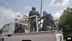聯合國維和人員在科特迪亞街上巡邏。