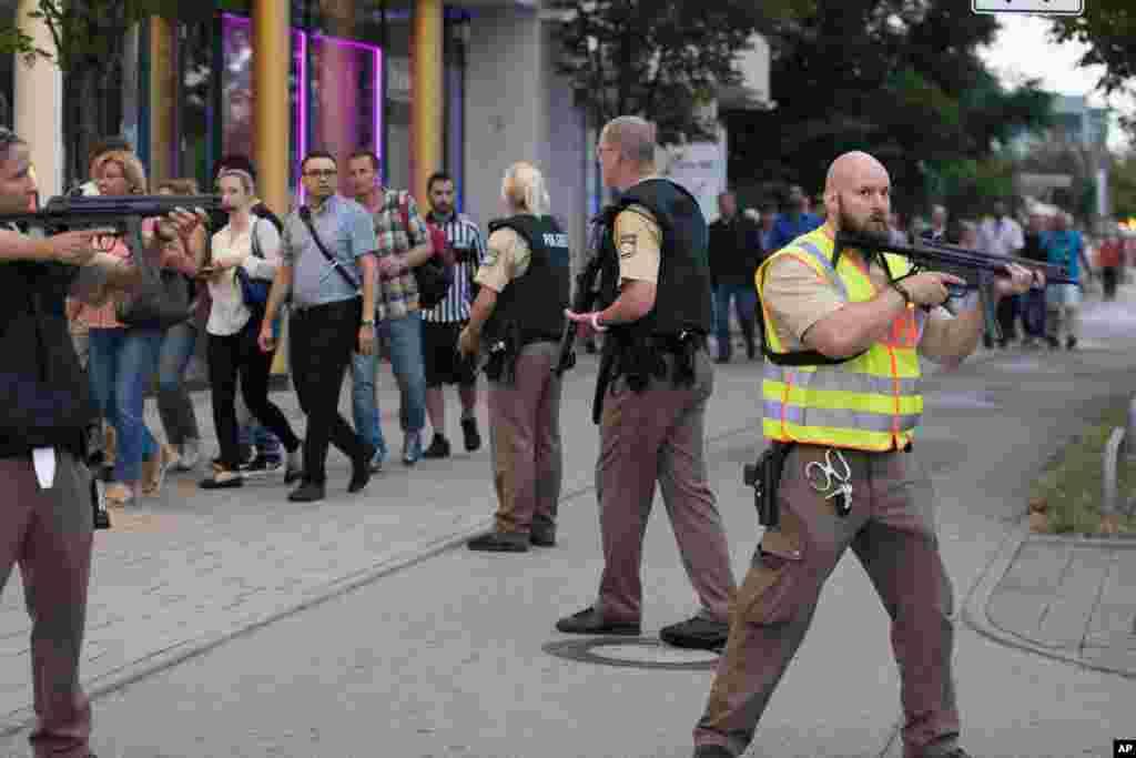 جرمنی کے شہر میونخ میں ایک شاپنگ سینیٹر میں فائرنگ سے ہلاکتوں کی تعداد نو ہو گئی ہے۔
