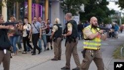 德国警察在疏散慕尼黑奥林匹亚商场的人群。(2016年7月22日)