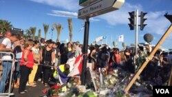 Người dân đặt hoa và vật lưu niệm để tưởng nhớ các nạn nhân vụ tấn công xe tải ngày quốc khánh Pháp, 15 tháng 7 năm 2016.