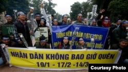 Nhiều người tới tượng đài Lý Thái Tổ với biểu ngữ: 'Nhân dân không bao giờ quên'.