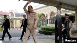 Thủ tướng Thái rời đi sau khi hình nộm của ông được dựng lên trước các phóng viên, 8/1/2018