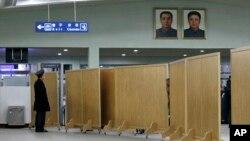 북한 평양 공항의 내부. 미국 '산호세 머큐리 뉴스'는 캘리포니아주에 거주하는 85살 매릴 뉴먼 씨가 지난 달 이윳들과 북한을 여행차 방문했다가 귀국행 비행기에서 억류됐다고 보도했다.