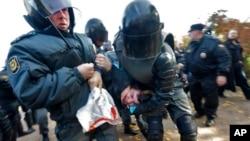 La policía detiene en San Petersburgo a un manifestante durante enfrentamientos entre defensores y detractores del homosexualismo.