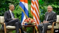 쿠바를 방문 중인 바락 오바마 미국 대통령(왼쪽)이 21일 아바나 혁명궁전에서 라울 카스트로 쿠바 국가평의회 의장과 정상회담을 가졌다.