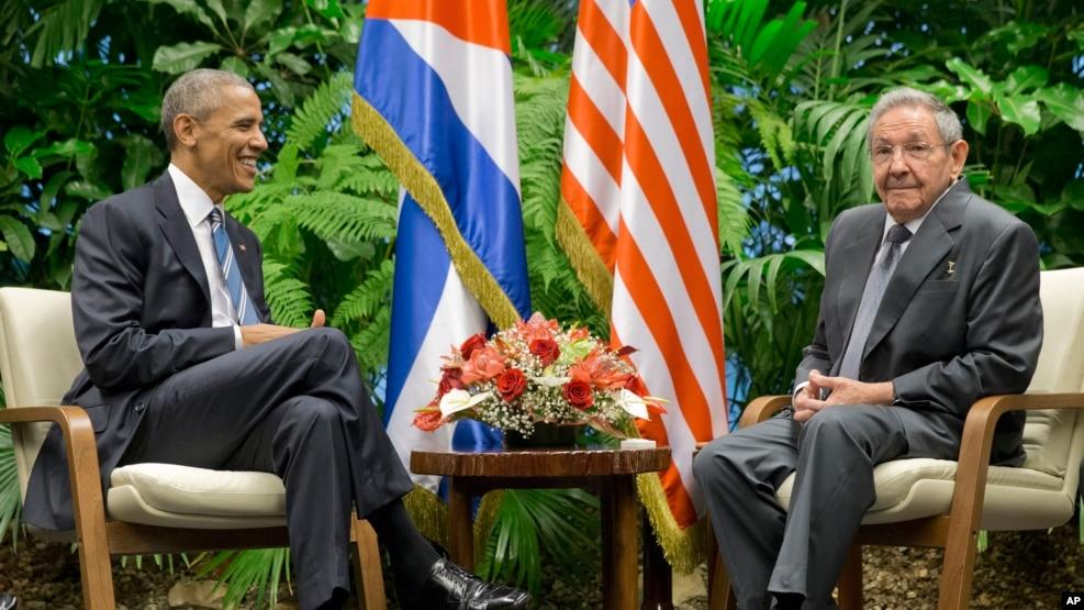 Tổng thống Barack Obama trao đổi với Chủ tịch Cuba Raul Castro tại Cung Cách mạng, thứ Hai ngày 21 tháng 03 năm 2016, Havana, Cuba.