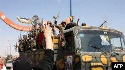 Ảnh chụp trong tour do chính phủ Syria tổ chức cho thấy phụ nữ Syria ném gạo cổ vũ các binh sĩ khi họ rời khỏi thành phố phía đông Deir el-Zour, ngày 16/8/2011