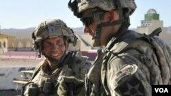 El sargento Robert Bales (izquierda) en una foto de archivo. El soldado es acusado de matar a 16 personas y podría enfrentar la pena de muerte.