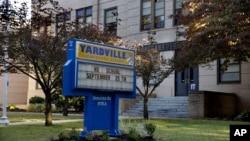 Aviso de cierre en la escuela primaria Hamilton Township, en Nueva Jersey, donde un niño de cuatro años murió a causa del enterovirus.