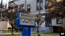 ປ້າຍທີ່ຂຽນໄວ້ ຢູ່ຕໍ່ໜ້າໂຮງຮຽນປະຖົມ Yardville ທີ່ເມືອງ Hamilton ລັດ New Jersey ບ່ອນທີ່ເດັກນັກຮຽນ ໄວ 4 ຂວບຄົນນຶ່ງ ເສຍຊີວິດຍ້ອນເຊື້ອໄວຣັສ EV-68 ໃນວັນພະຫັດ .