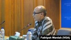 Juru bicara Kementerian Luar Negeri Arrmanatha Nasir dalam jumpa pers di kantornya Kamis (28/1). (VOA/Fathiyah Wardah)