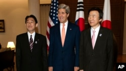 지난해 8월 아세안 외교장관 회의 참석차 미얀마를 방문한 존 케리 미 국무장관(가운데)과 윤병세 한국 외교장관(오른쪽), 기시다 후미오 일본 외무상(왼쪽)이 3자 회담을 가졌다. (자료사진)