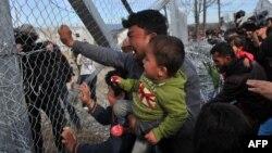 Một người đàn ông từ Afghanistan đẩy vào hàng rào ở biên giới Hy Lạp-Macedonia trong một cuộc biểu tình gần làng Idomeni, miền bắc Hy Lạp, ngày 22 tháng 2 năm 2016,