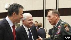 Андерс Фог Расмуссен, Роберт Гейтс и главнокомандующим войсками НАТО в Афганистане Дэвид Петрэус