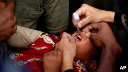 تنها با دوقطره واکسین می توان حیات اطفال کمتر از پنج سال را از فلج دایمی نجات داد.