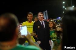 El presidente electo de Brasil, Jair Bolsonaro, observa el júbilo de partidarios que reaccionan después de que ganó la contienda presidencial. Brasilia, 28 de octubre de 2018. REUTERS / Adriano Machado.
