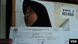 Seorang calon pemilih menunjukkan surat pemberitahuan pemungutan suara untuk memilih ulang di sebuah TPS di Sukoharjo, Jawa Tengah, Kamis, 17 Juli 2014 (Foto: VOA/Yudha)