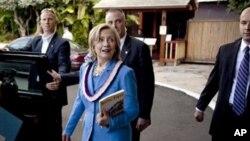 លោកស្រី Hillary Clinton រដ្ឋមន្ត្រីការបរទេសសហរដ្ឋអាមេរិក ក្រោយពីលោកស្រីបានបញ្ចប់សន្ទរកថា ស្តីអំពីទំនាក់ទំនងរបស់សហរដ្ខអាមេរិកជាមួយតំបន់អាស៊ីប៉ាស៊ីហ្វិក។