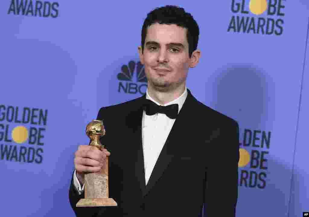 """Damien Chazelle dengan penghargaan skenario terbaik untuk film """"La La Land"""" di acara Golden Globe Awards ke-74 di Beverly Hilton Hotel (8/1) di Beverly Hills, California. (Jordan Strauss/Invision/AP)"""