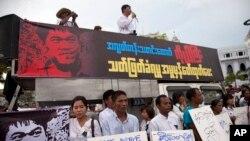 Para aktivis berdemonstrasi menentang pembunuhan jurnalis lepas Aung Kyaw Naing, di luar balai kota di Yangon, Myanmar. (Foto: Dok)