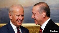 Wakil Presiden AS Joe Biden (kiri) dan Presiden Turki Recep Tayyip Erdogan di Istana Beylerbeyi, Istanbul (22/11). (Reuters/Murad Sezer)