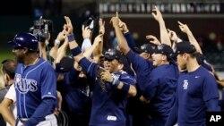 Los Rays celebran su triunfo sobre los Rangers de Texas.
