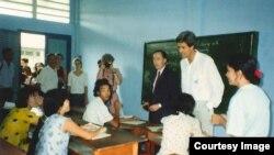 Ông Kerry và gia đình trong chuyến thăm Việt Nam hồi đầu những năm 90.