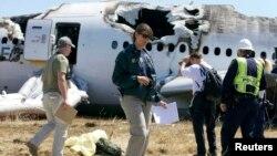 지난해 7월 미국 샌프란시스코 공항에서 발생한 아시아나 항공기 추락 사고 현장에서 미 연방교통안전위원회 직원들이 조사 중이다. (자료사진)