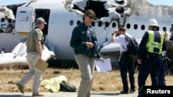 Istražitelji Odbora za bezbednost nacionalnog transporta kod olupine aviona koji se srušio u subotu u San Francisku