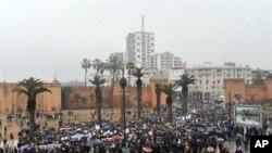 ປະຊາຊົນ Morocco ໂຮມຊຸມນຸມປະທ້ວງ ທີ່ນະຄອນຫລວງ Rabat ຮຽກຮ້ອງເອົາການປະຕິຮູບ ທາງການເມືອງ ຂັ້ນກວ້າງຂວາງ, ວັນທີ 20 ກຸມພາ 2011.