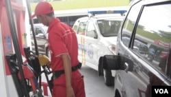 Petugas SPBU mengisi BBM bersubsidi (jenis premium) pada sebuah kendaraan di Jakarta. (VOA/Andylala Waluyo)