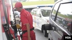 Petugas SPBU mengisi BBM bersubsidi (jenis premium) pada sebuah kendaraan di Jakarta. (Foto: dok)