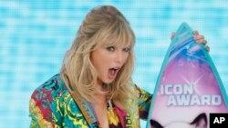 Taylor Swift acepta el premio Icon en los Teen Choice Awards el domingo, 11 de agosto de 2019 en Hermosa Beach, California.