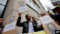 Beberapa pria melakukan protes di depan pengadilan Berlin, Jerman, menuntut pembebaasan wartawan Al Jazeera, Ahmad Mansour hari Minggu (21/6).
