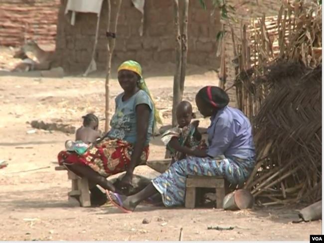 Nigerians in host community houses, Limani, Cameroon, April 7, 2019. (M. Kindzeka/VOA)