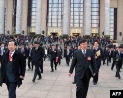 """2009年""""两会""""代表步出人大会堂(资料照片)"""