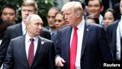 Le président américain Donald Trump et le président russe Vladimir Poutine lors de la séance photo de famille au sommet de l'APEC à Danang, Vietnam, 11 novembre 2017.