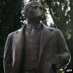 Памятники советской эпохи: сносить нельзя оставить?