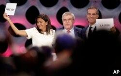 رئیس کمیته ملی المپیک در کنار شهرداران پاریس و لس آنجلس بعد از اعلام میزبانها