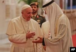 프란치스코 교황(왼쪽)이 3일 아랍에미리트 수도 아부다비 국제공항에 도착해 모하메드 빈 자예드 알나흐얀 아부다비 왕세자의 영접을 받고 있다.
