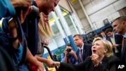 ຜູ້ສະໝັກປະທານາທິບໍດີພັກເດໂມແຄຣັດ ທ່ານນາງ Hillary Clinton ຈັບມືກັບຜູ້ຄົນ ລະຫວ່າງໂຄສະນາຫາສຽງ