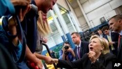 Kandidat presiden dari Partai Demokrat, Hillary Clinton, menyapa pendukungnya setelah berpidato di Warren, Michigan (11/8). (AP/Andrew Harnik)