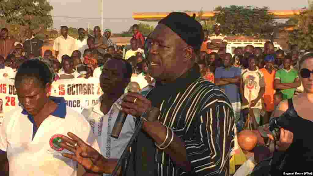 Alouna Traoré donne à la foule son témoignage en tant que le seul rescapé du putsch du 15 octobre 1987 au cours duquel Thomas Sankara et 12 autres personnes ont ont été assassinés. (VOA/Bagassi Koura)