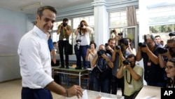 希臘保守反對派領袖米佐塔基斯7月7日在投票站投票。