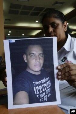 En esta foto del 25 de julio del 2018, María José Malespin muestra una fotografía de su hijo desaparecido, Lester Lenin Mayorga Malespin, quien fue detenido en un retén policial en las afueras de la ciudad nicaragüense de Bluefields.