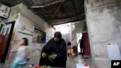 Une Palestinienne, Um Jibrel, 48 ans, prépare une salade pour la fin du Ramadan, au camp de réfugiés al-Baqa'a en Jordanie, le 21 août 2011.