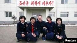 캐나다인 사업가 마이클 스페이버 씨가 지난 2012년 북한 라선경제특구의 한 학교를 방문했다. 중국 당국은 스페이버 씨와 또 다른 캐나다인 마이클 코프릭 씨를 기밀 절도 혐의로 체포했다고 16일 밝혔다.